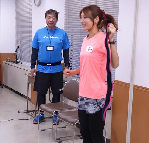 西谷綾子さんが手にもつスポーツベルト