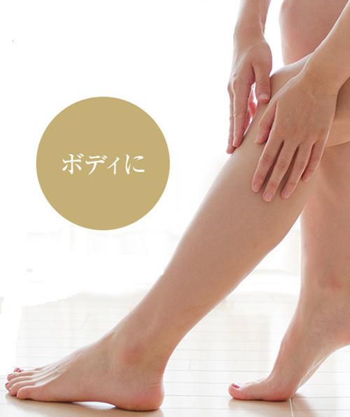 美容オリーブオイルを脚に塗る様子